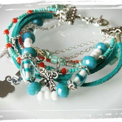 Toujour d'actualité , ce bracelet fait de plusieurs rangs , coloré , du bleu un peu vert , du orange , du blanc ...