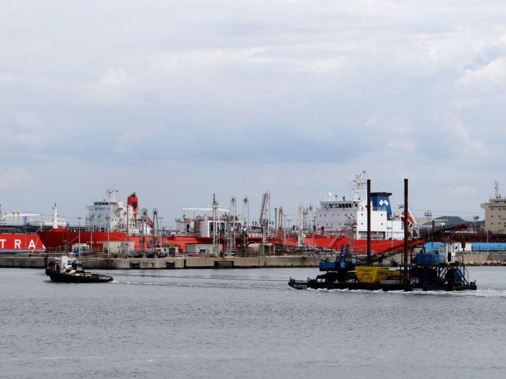 GAZELLE avec en remorque la barge ELEVINE arrivant en rade de Port de Bouc le 08 septembre 2015