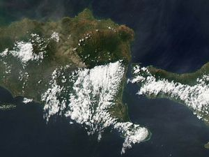 New direction for the plume of Raung, to the NW - left, the 16.07 / Satel. Citra - right, the 17.07 / sat.Aqua via NASA Modis EODIS overview - one click to enlarge.