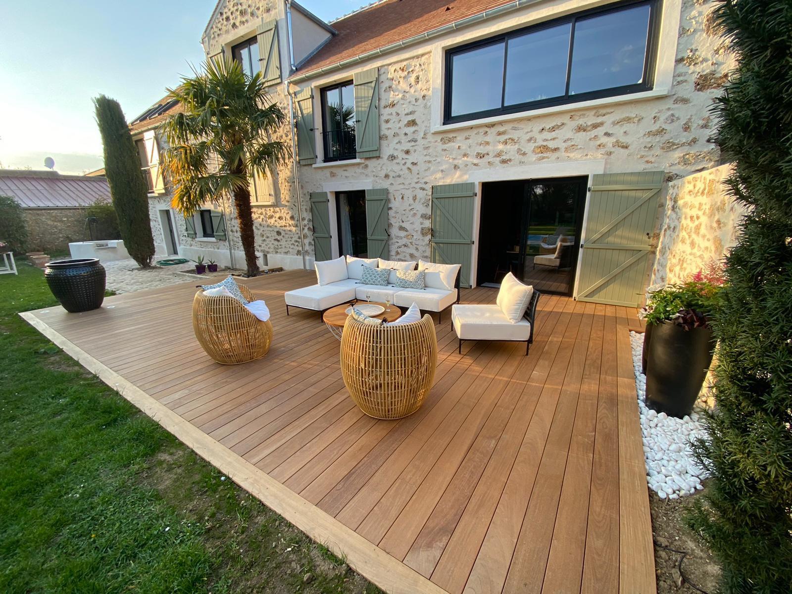 Terrasse en Ipe premium, lames complètes posées à l'aide de clips inox noirs. Eclairage spots led inox. Pose en Partie sur pavés et agrandissement sur terre.