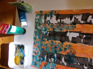 Réalisation des feuillages, avec de la peinture acrylique (différentes teintes), en tamponnant avec un outil en mousse, créant des empreintes rondes.
