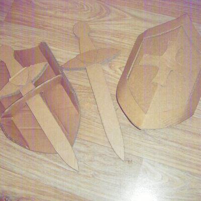 Bouclier et épée en carton
