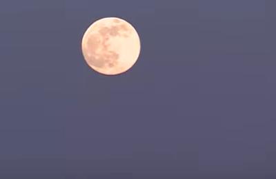 La super lune rose dans le ciel de Normandie