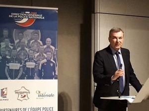 """Pascal Lalle, DCSP lors de son intervention et le maillot de l'équipe """"police vélo""""."""