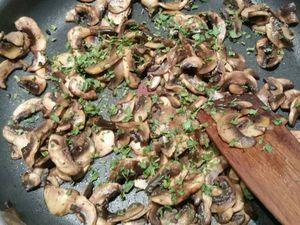 2 - Faire revenir les champignons dans une poêle avec un filet d'huile d'olive, rajouter une bonne cuil. à soupe de persil haché, saler poivrer et réserver. Faire blondir de la même façon l'oignon et l'échalote. Peler les pommes de terre et les découper en rondelles.