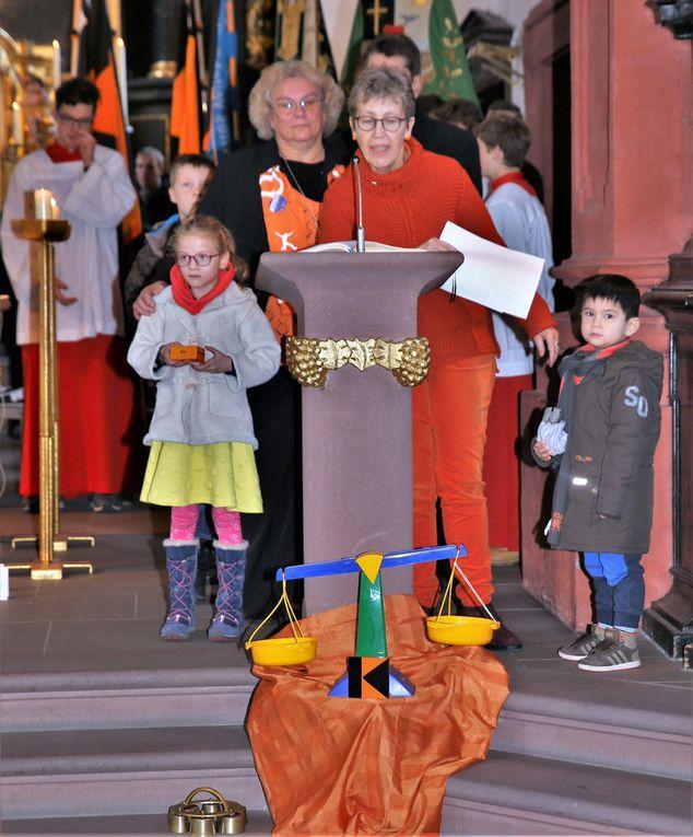 In den Ablauf und die Gestaltung bezog die Geistliche Leiterin immer wieder auch Kinder mit ein, die bei den Fürbitten symbolhaft Päckchen auf eine Waage legen.