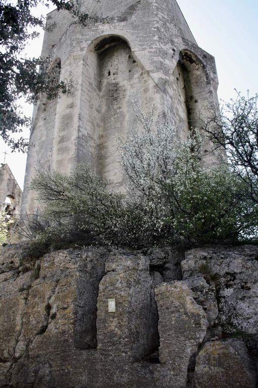 """""""Haut de 15 mètres, le donjon est bâti sur la crête même du rocher qui porte le village. Le donjon est carré mais les contreforts qui flanquent ses quatre faces lui donnent une forme octogonale. Ces contreforts se terminent dans leur partie supérieure en mâchicoulis dont les extrémités viennent se rejoindre sur les arêtes des angles pour former, avec leurs retombants, des T gigantesques. A l'initiative de leur curé, l'abbé Monier, les paroissiens de Clansayes transportèrent 12 tonnes de pierre à l'Abbaye d'Aiguebelle où, en deux mois les moines sculptèrent la statue de la Vierge Marie. Les Clansayais ramenèrent la statue et la mirent eux-même en place et en 1858 une chapelle, Notre Dame de la tour, est consacrée dans la tour."""" (Sources site Mairie Clansayes)"""