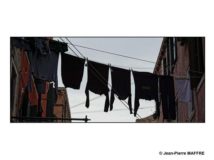 Il n'y a pas qu'à Naples ou le linge séche dans les rues. Venise nous offre aussi ce spectacle insolite.