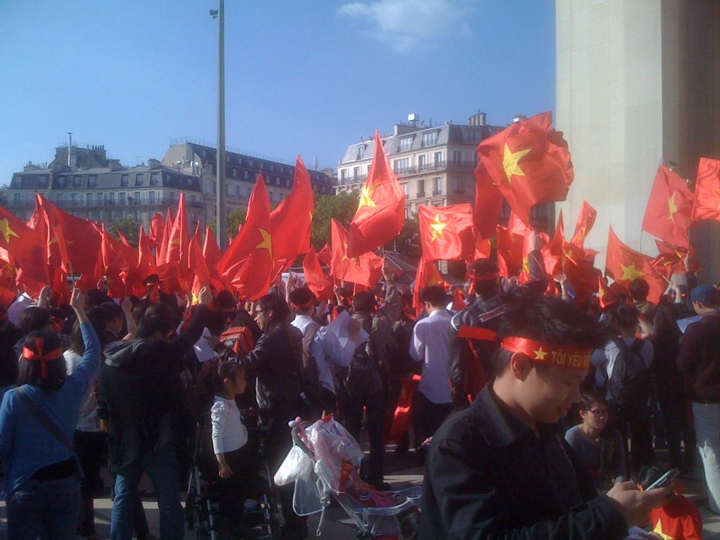 documents divers. Les photos de la manifestation au Trocadéro le 16 mai sont de Lâm Lê.