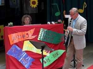 """Die Abschiedsfeier bereicherten die Musikschulleiterin Dorothea Völker am Klavier, zusammen mit Erhard Rada mit dem Jazz-Stück """"Summertime"""" und der Jugendchor der SMSV erfreute mit dem Liedrefrain """"Freizeit, mein Vergnügen, meine Lust"""", den alle mit anstimmten."""