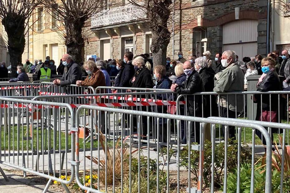 400 personnes présentes pour rendre un dernier hommage à Magali Blandine t soutenir sa famille • © France Télévisions