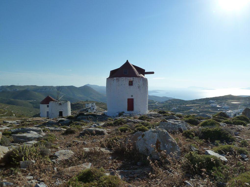 Au-dessus du village se trouvent les ruines de onze moulins à vent, érigés sur une crête que l'on atteint par un chemin tout en escalier. La vue sur le village et la mer y est magnifique.