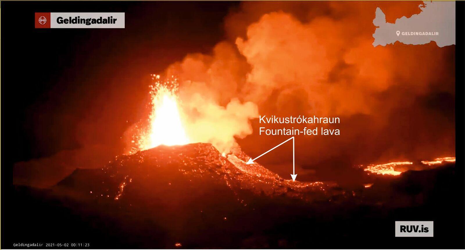 Geldingadalur - vent # 5b - lava flow fed by a fountain on 02.05.2021 / 00h11 - RUV webcam annotated Eldfjallafræði og náttúruvárhópur Háskóla Íslands - one click to enlarge