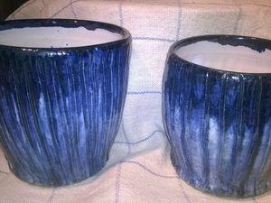 Deux mugs au décor oxyde de cobalt, émaillés blanc.     Gros pot décor oxyde de fer rouge émaillé en beige.