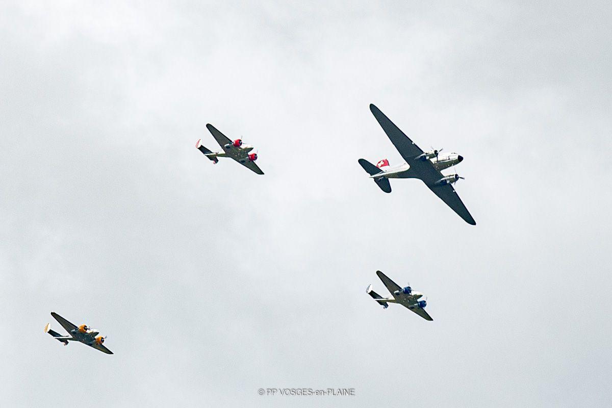 Quatre avions bimoteurs dans le ciel de DOMPAIRE et MADONNE ET LAMEREY
