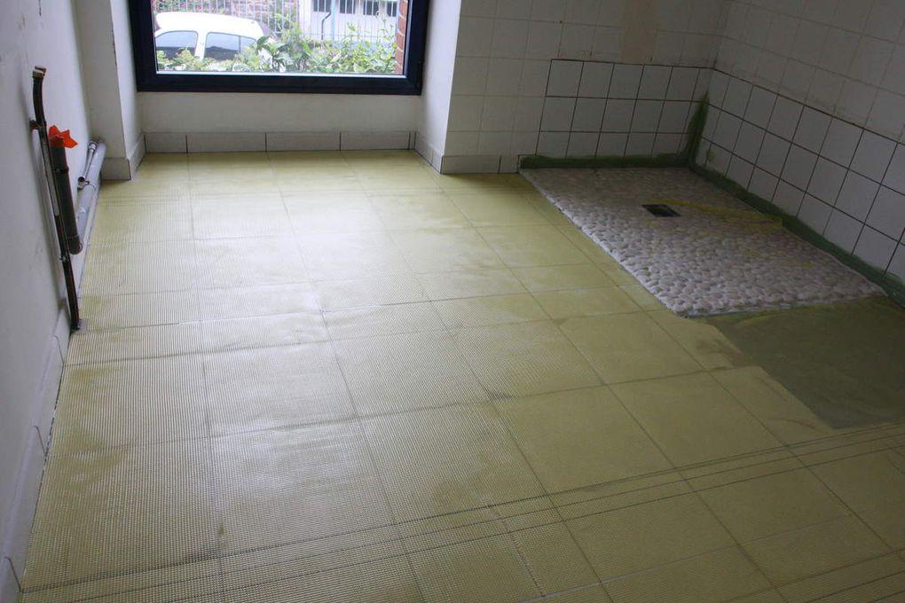 Béton ciré dans une salle de bain, toilette et dégagement, couleur blanche vernis et cirage