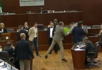 In Regione Lombardia una secchiata gelata al Pd per i tagli ai disabili (video youtube)