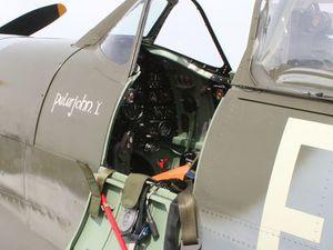 Cliquez sur ces photos pour les voir entières. Le cockpit du Spit et le duo du BBMF devant la tour.