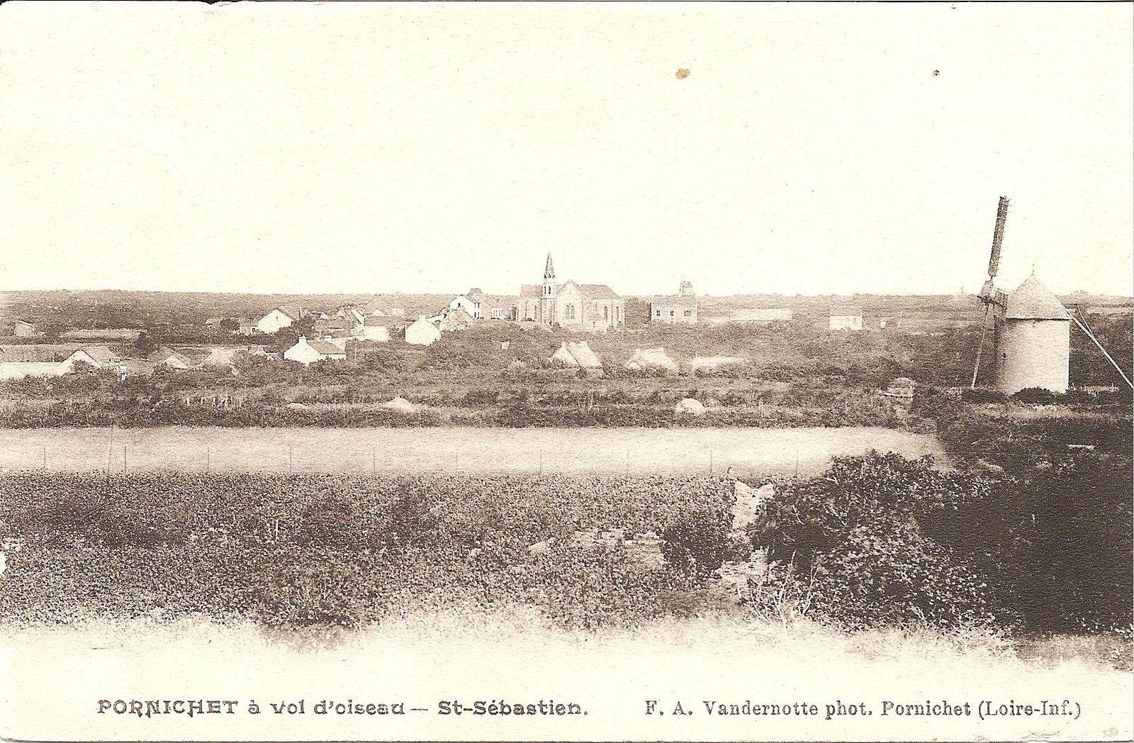 Au loin, le quartier de Saint-Sébastien avec le clocher de l'église reconnaissable. Mais quel est ce moulin ? (Le Moulin de Prieux ?)