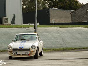 De gauche à droite et de haut en bas : une Mazda MX-5 type NA, une MGB GT, une Mercedes AMG-GT, une Morgan Tourer puis une Porsche 911 série G