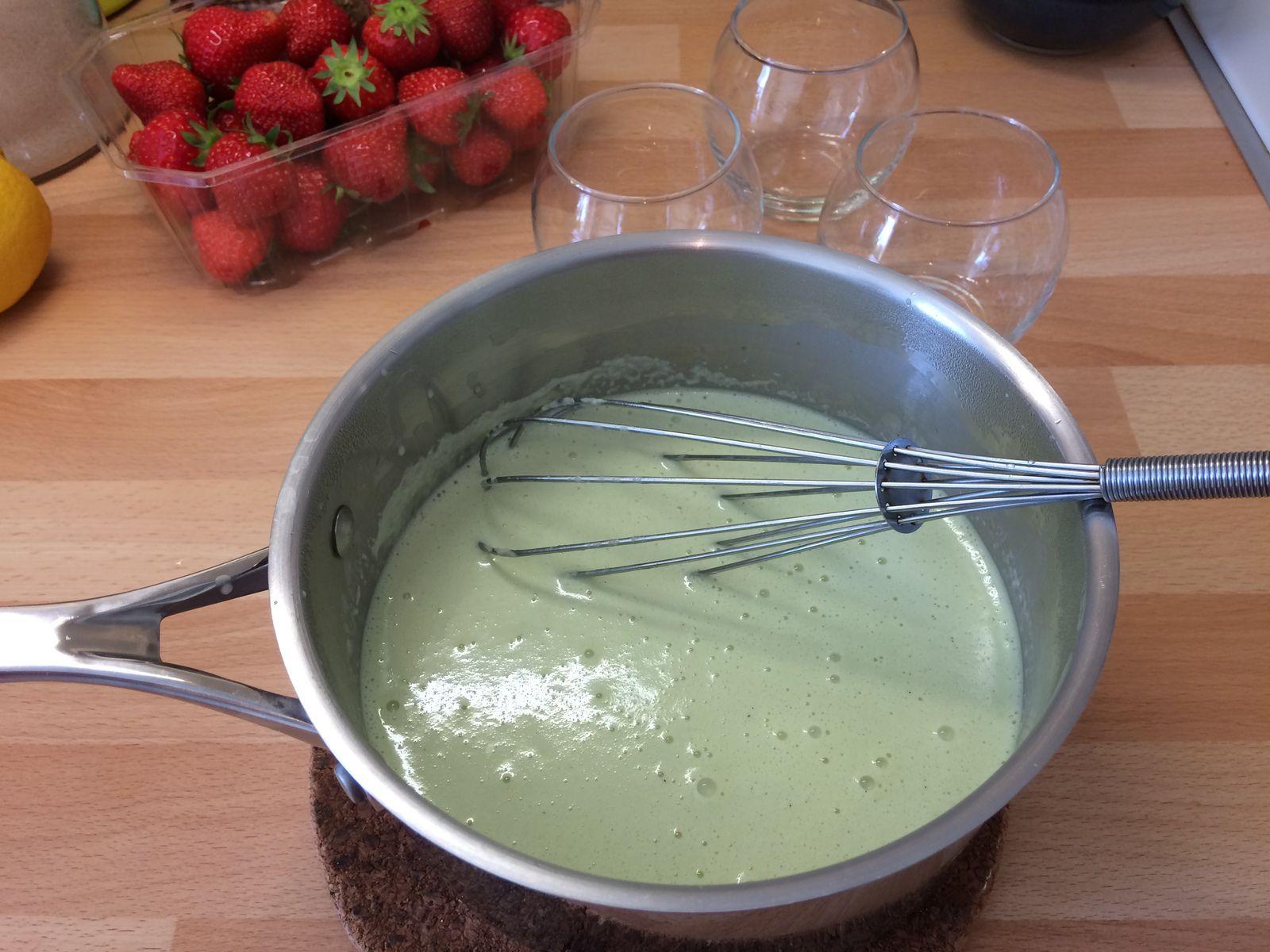 Hors du feu, on ajoute les feuilles de gélatine essorées dans le mélange bouillant, et on mélange au fouet pour bien dissoudre la gélatine.