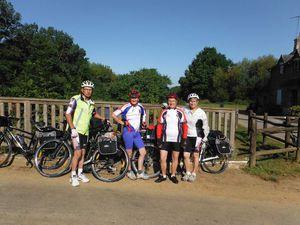 Albert, Annick, Janine et Claudine le premier jour au pied de Timadeuc ; les vélos et les bagages à Josselin.