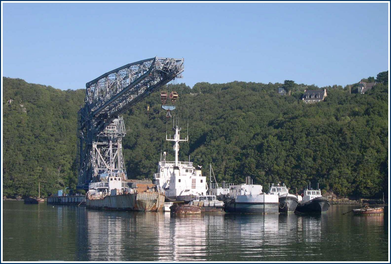 La grue flottante 250 tonnes de la DCAN.