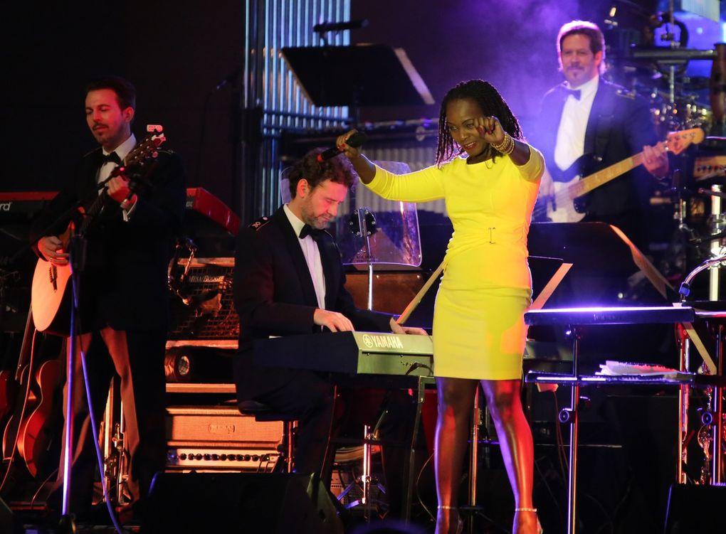 """Nun wurde in einem knallgelbem Kleid die aus Sambia stammende Sängerin Bwalya Sorgec zum Erlebnis. Voller Inbrunst interpretierte sie mit ihrer exotischen und kraftvollen Stimme ein Medley mit Stücken wie """"Havana"""", """"Satin Doll"""" und """"La sopa"""" der Salsa-Queen Celia Cruz, eine der prominentesten Repräsentantin der kubanischen Musik des 20. Jahrhunderts."""