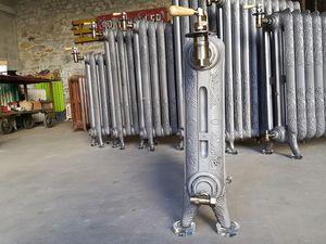 Supports , pieds , socles , rehausseurs  , stabilisateurs en verre pour poser les radiateurs en fonte  , protection des sols , vendu par 4 tarif 20€ les 4 + colissimo