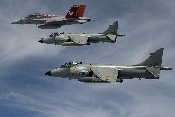 Photo : © US Navy - Deux Sea Harrier de l'Indian Naval Air Arm en formation avec un F/A-18 Super Hornet de l'US Navy