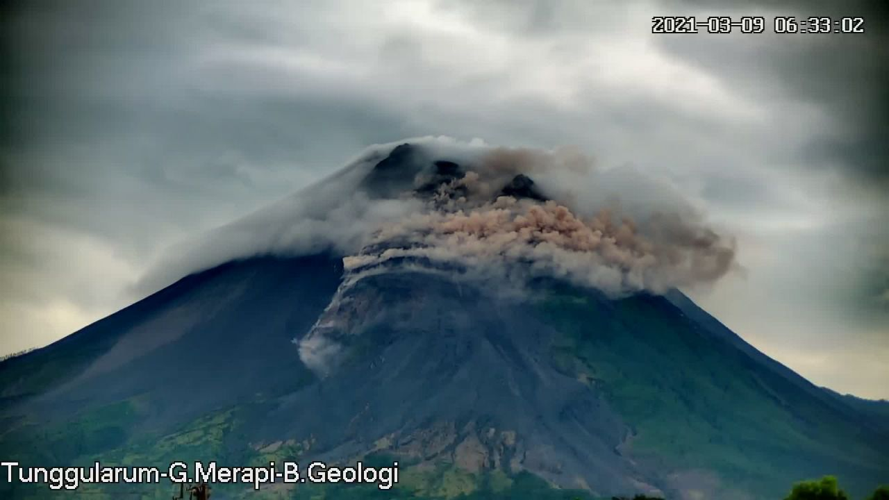 Merapi - 03.09.2021 / 06:33 WIB - Pyroclastic avalanche flow, with displacement of about 700 meters towards the southwest - photo Tunggularum Merapi Geologi