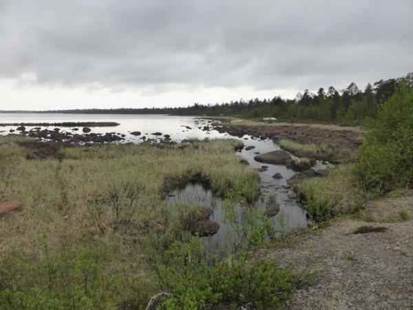 Après Inari, nous empruntons une plus petite route pour quitter la Finlande, découvrant de magnifiques paysages...