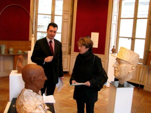 Le président national de l'UGF membre du jury à Saint-Maur-des-Fossés pour départager les oeuvres des artistes (bustes du Général de Gaulle) dans le cadre du 70ème anniversaire du 18 juin 1940.Février 2010.