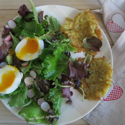 Assiette de salade aux œufs mollets et pommes de terre paillasson