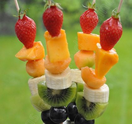 Brochettes de fruits arc en ciel