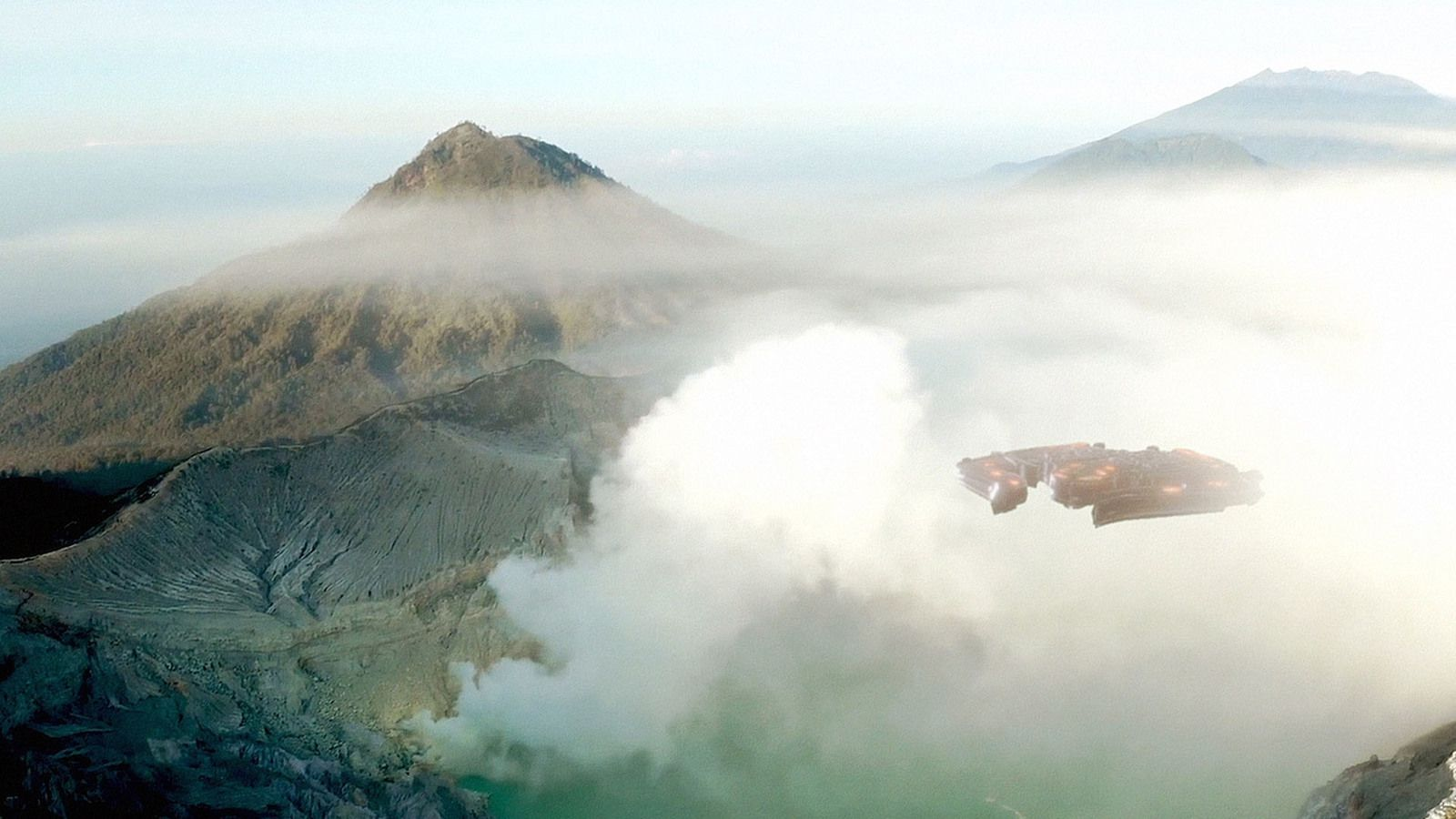 👽 Strange UFO Spotted Over Volcano Crater in New Zealand