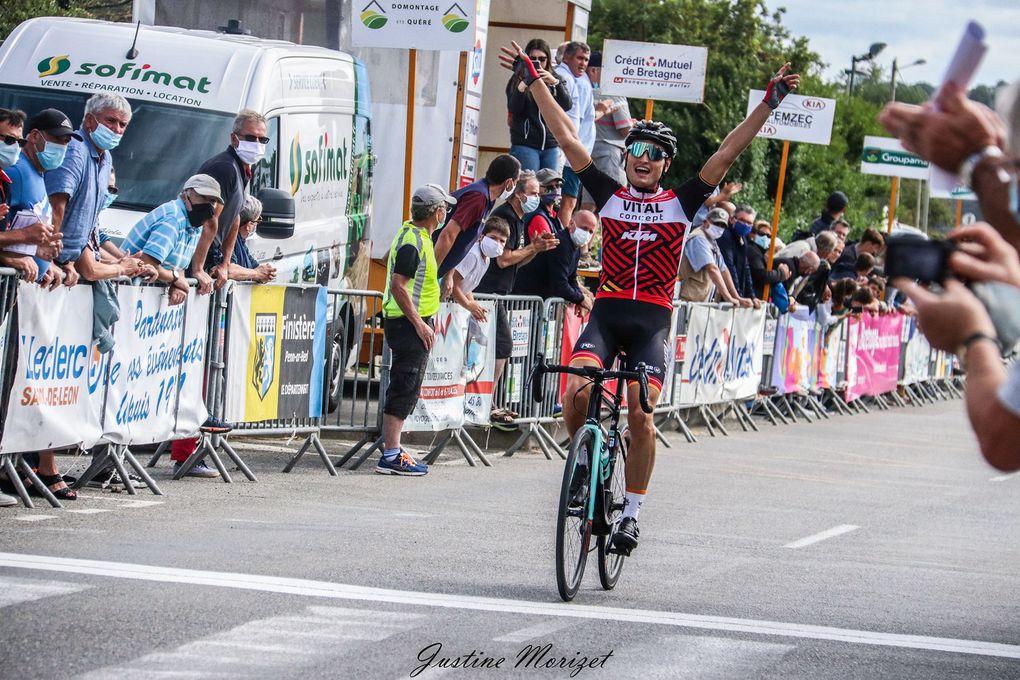 Damien POISSON (VC Pays de Loudéac) a remporté, ce dimanche, à Guissény, la deuxième manche de la Ronde Finistérienne. Après 100,8 kilomètres de course, il a devancé le Junior Eddy Le Huitouze (EC Pluvignoise Junior) et son coéquipier Aurélien Gilbert. Damien Poisson succède à Antoine Prod'homme au palmarès de l'épreuve Toutes Catégories. - (Justine MORIZET - Actualité - DirectVelo)