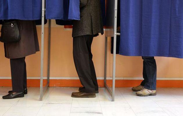 La solitude de l'électeur dans l'isoloir.