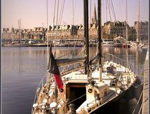 Pen Duick III dans le port de Saint-Malo