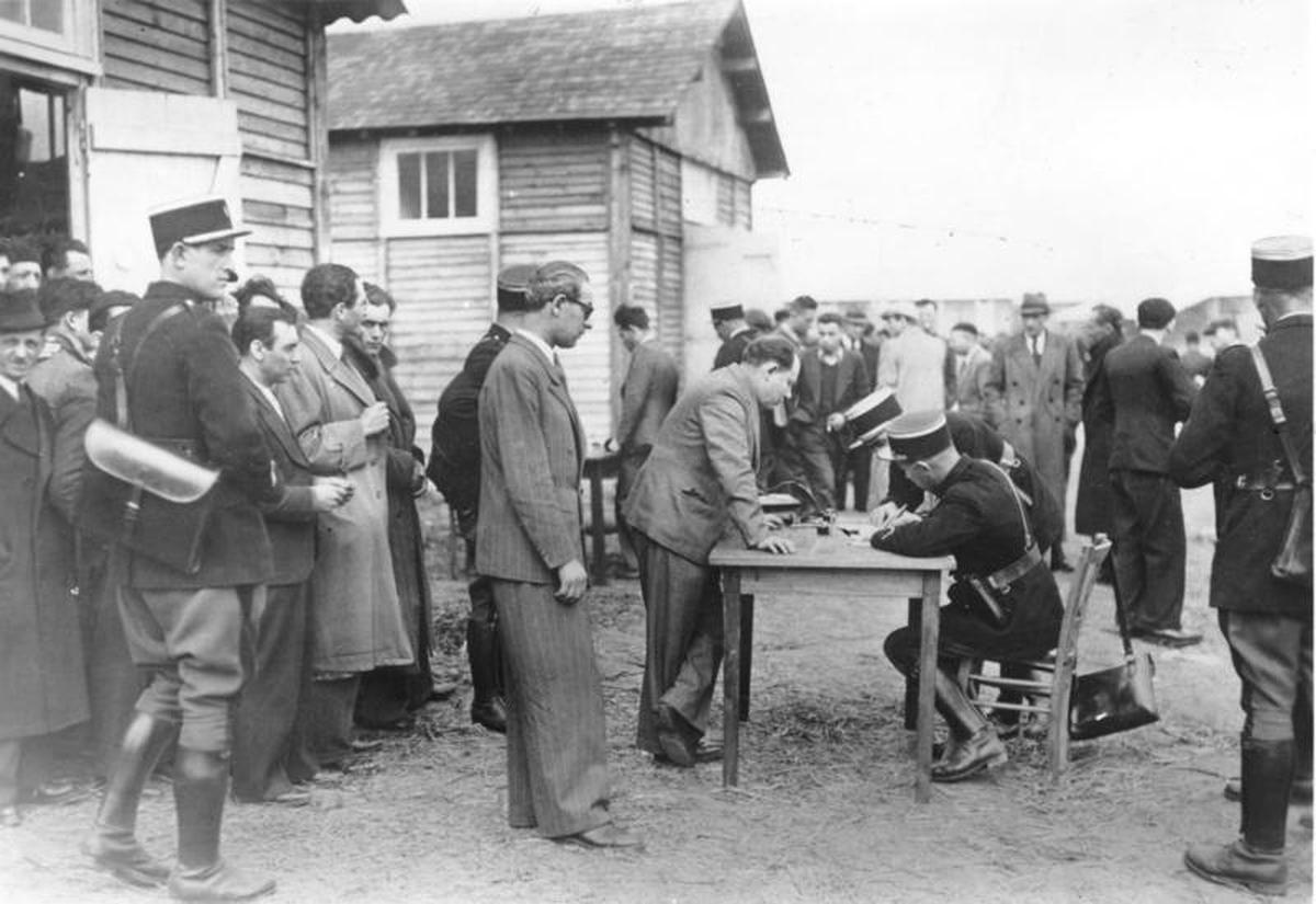 Enregistrement des victimes de la rafle du billet vert par la police française à leur arrivée au camp de Pithiviers.  Archives fédérales allemandes