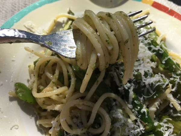 Linguine aux asperges, légumes printaniers et pesto de roquette