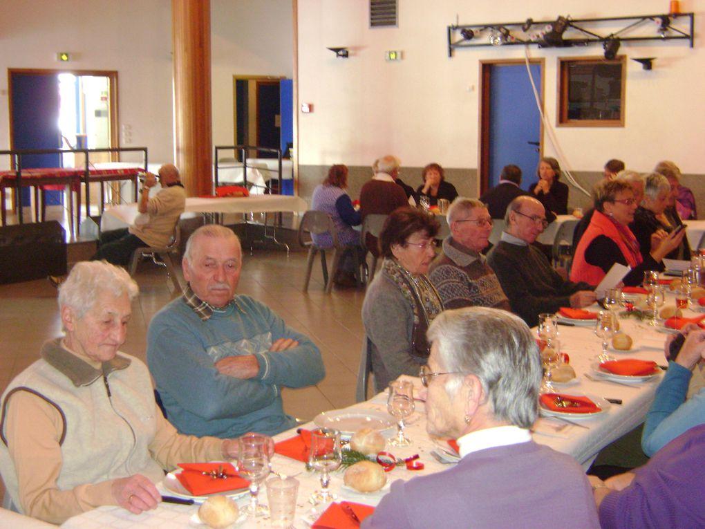 Le traditionnel repas des aînés proposé par la Commune de Bessans s'est tenu à la salle de l'Albaron en présence de 50 convives.  Photos : J.Tracq