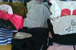Vêtements oubliés non marqués exposés dans le hall de l'école