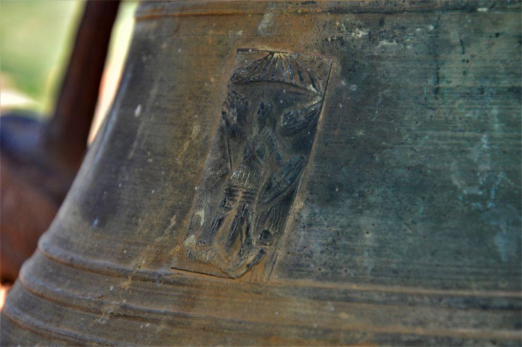 Un saint peut-être Saint Jacques car la coquille en haut. (2 photos)