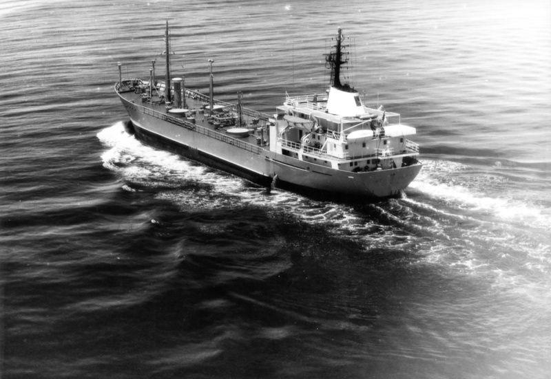 PAPENOO  A625 , pétrolier ravitailleur , assure le ravitaillement des sites de Mururoa et Hao au départ de Papeete , sert également au transfert de matériel vers les iles de polynésie . photos récupérées  en 1989 à Mururoa