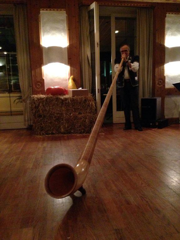 Olivier joue du cor des alpes à la 30e Benichon
