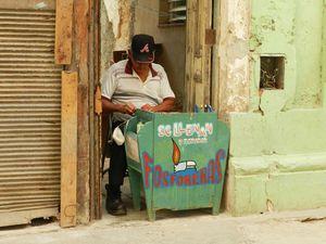 Les petits métiers de rue pour arrondir les fins de mois. Les cubains ont souvent deux métiers, un infirmier à l'hopital sera taxi avec un bibis-taxis qu'il partagera avec un frère. Aujourd'hui les cartes de rationnement existent toujours pour une grande partie de la population, les salariés sont ceux de l'état,  les salaires dérisoires, les entreprises appartiennent à l'Etat, les richesses pour la plus grande partie sont réparties, redistribuées. Cette société est si contrôlée  par ce Parti Unique depuis plus d'un demi siècle qu'ils ne peuvent vivre sans la débrouille.