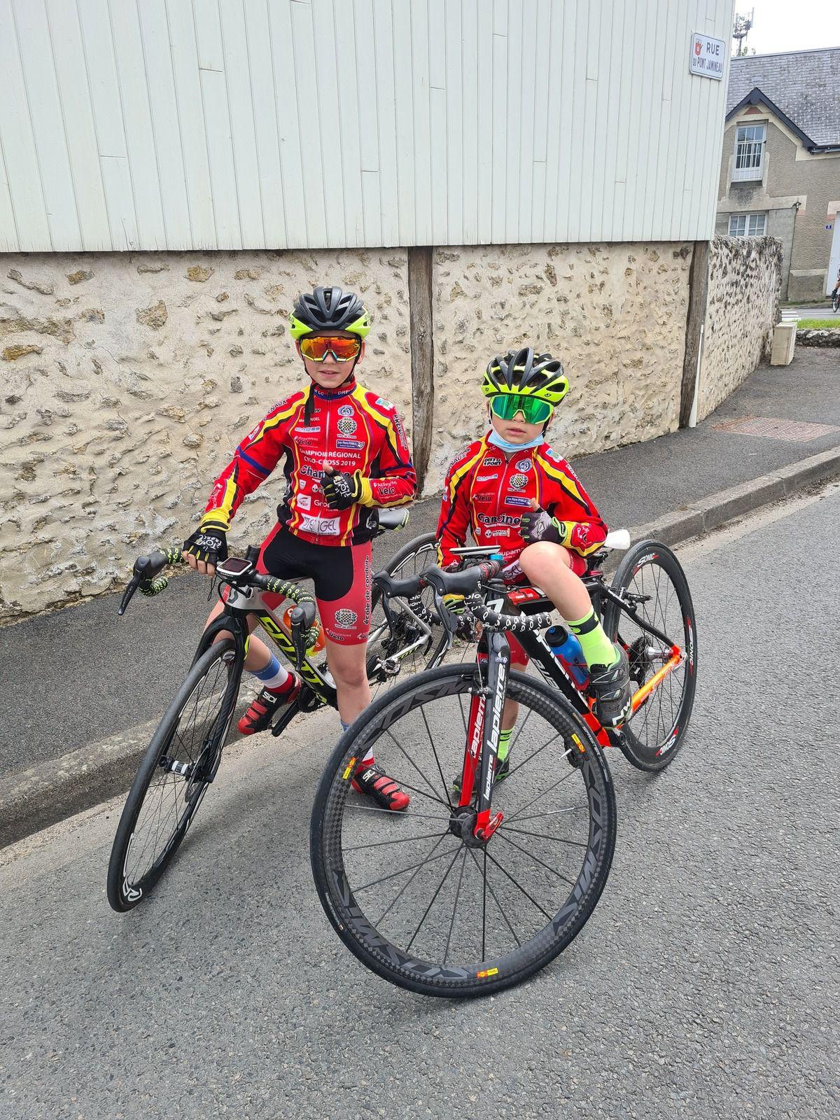 Mattis Noel (Dreux CC) 2ème à Vierzon (18) et son frère Mahel au pied du podium