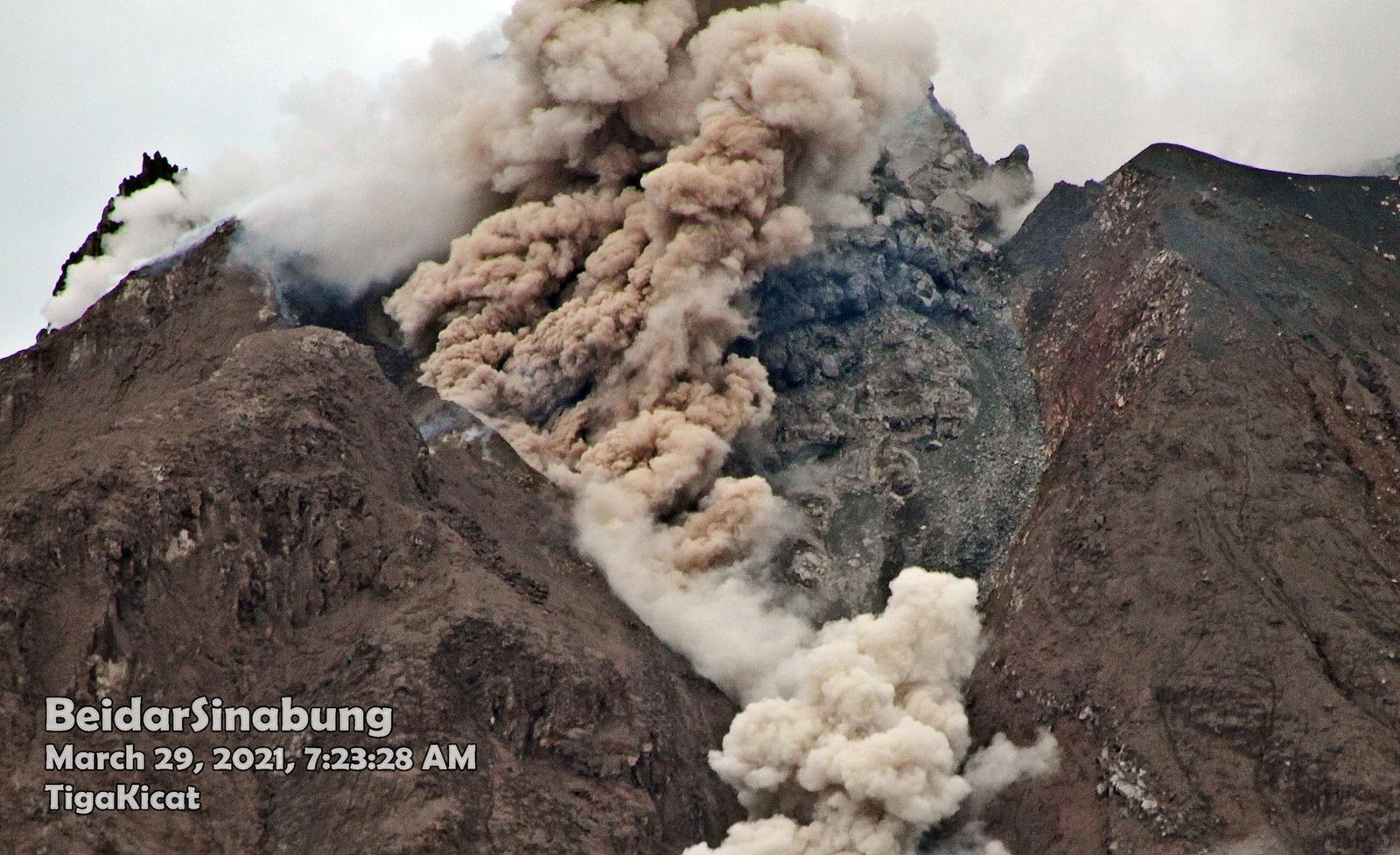 Sinabung - collapse at the summit dome on 03/29/2021 / 07:23 a.m. - photo Firdaus Surbakti