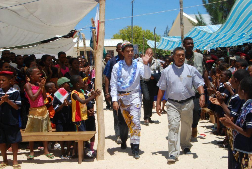 16 décembre 2010. Le couple Présidentiel Mialy et Andry Rajoelina à Anakao, pour procéder à l'inauguration de quatre nouvelles salles de classe à l'école catholique Saint Pierre. Photos : Serge R.